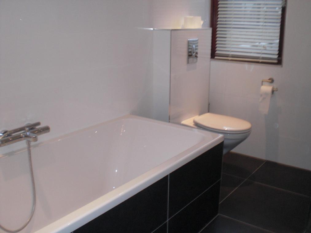 Badkamer tegels hout badkamers voorbeelden mooie italiaanse badkamer met houten vloer - Badkamer zwarte vloer ...